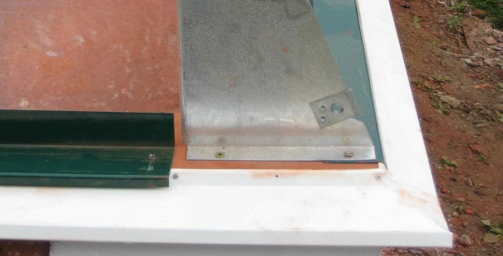 Exempel dropplåt under skyddsplåt. Notera att plåtkanten här bör försänkas för att inte skyddsplåten ska få fall inåt.